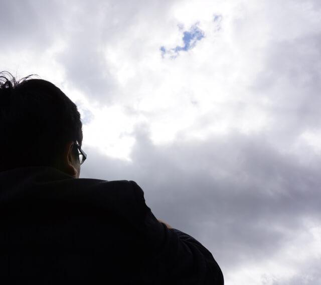 空を見るサラリーマン