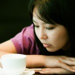 女性とコーヒーカップ