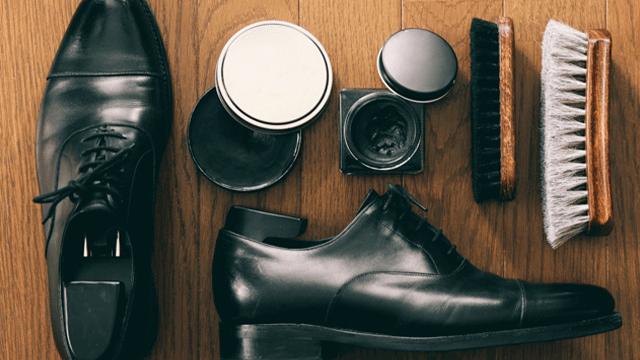 黒い紐付きの革靴